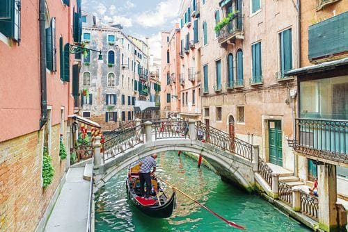 1 week in Venice | Canal in Venice with gondola and bridge