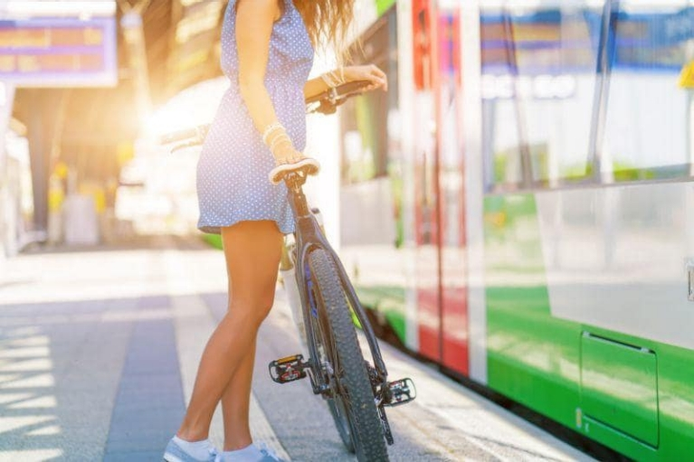 girl_with_bike_at_station