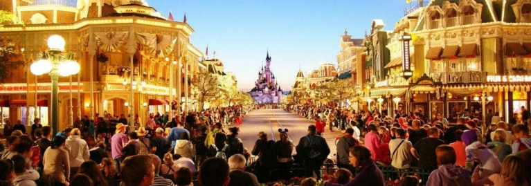 1_week_for_families_-_crowds_waiting_for_the_carnival_to_begin_in_disneyland_paris_france_desktop